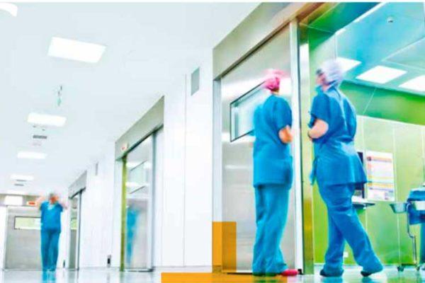 Interior de un hospital con personal sanitario