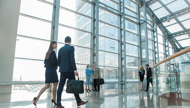 Dos ejecutivos en el hall de entrada de la empresa donde trabajan