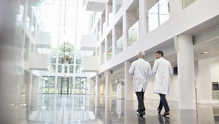 Dos doctores hablando en los pasillos de un hospital